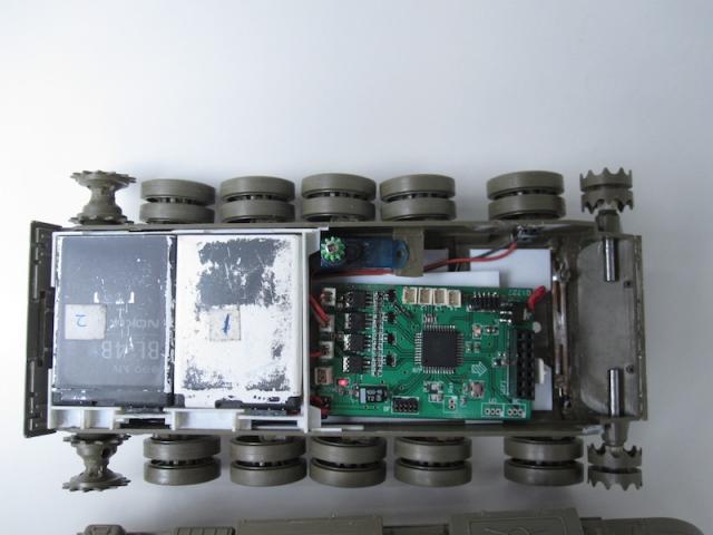 手机端用xcode开发的,与坦克用wifi连接。最近订购的TI BLE开发套件到了,正在讲遥控方式改为蓝牙4.0的。炮盾之前是可以动的,用了塑料袋来模拟。不过被我搞砸了,塑料袋套的有点紧影响活动,而且上漆容易裂。现在这车炮盾是原装的那个塑料炮盾,没办法俯仰。以后改其他车再解决这个问题。 [/quote] 嗯。明白了。你是sonic上的jlrisee?
